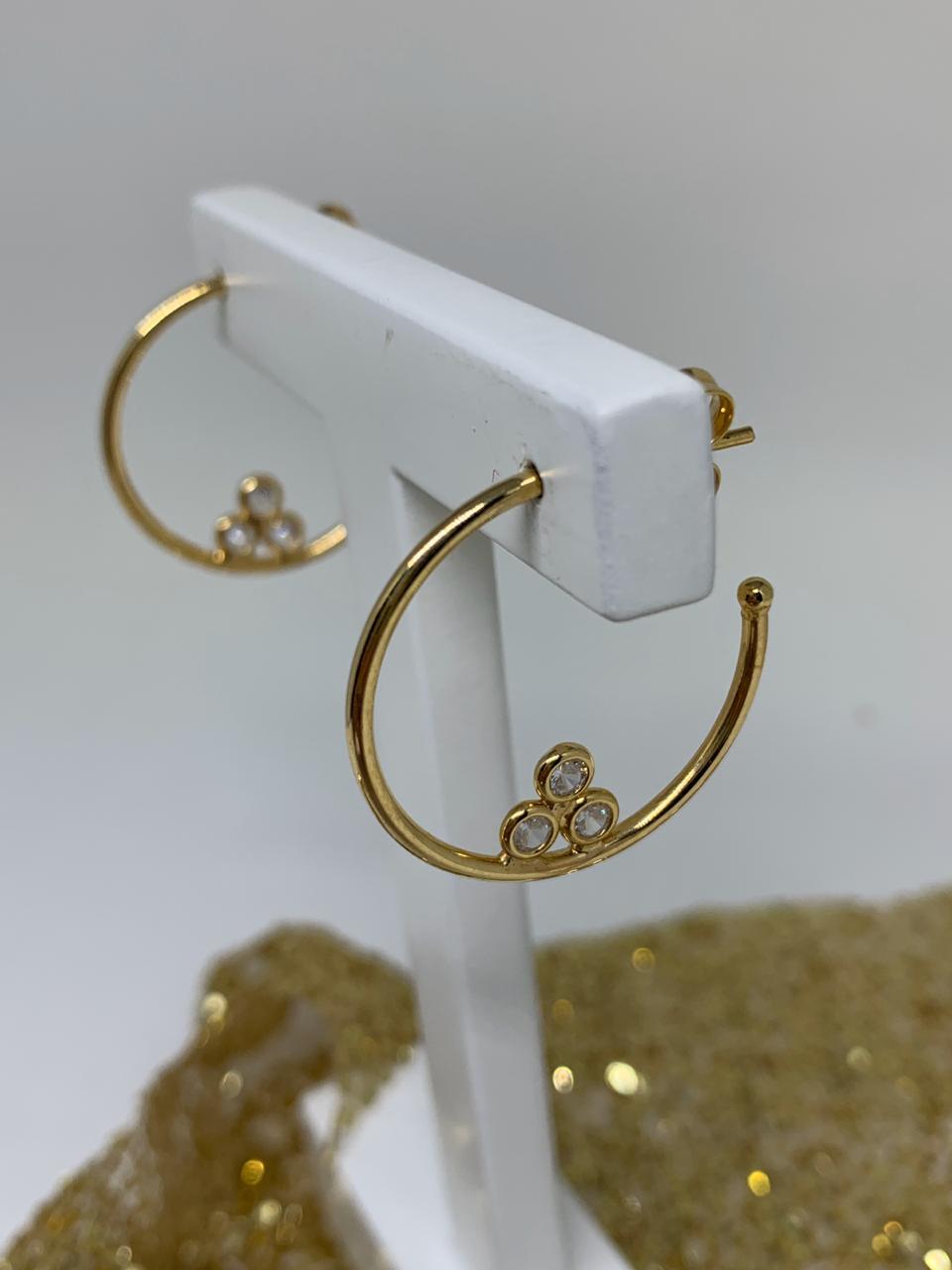 Brinco Folheado Dourado Argola 2,5cm Com 3 Pontos de Luz | BF562