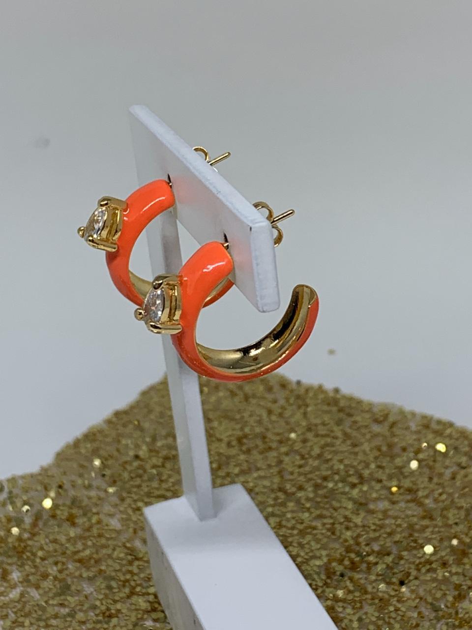 Brinco folheado dourado argola esmaltada laranja | BF836