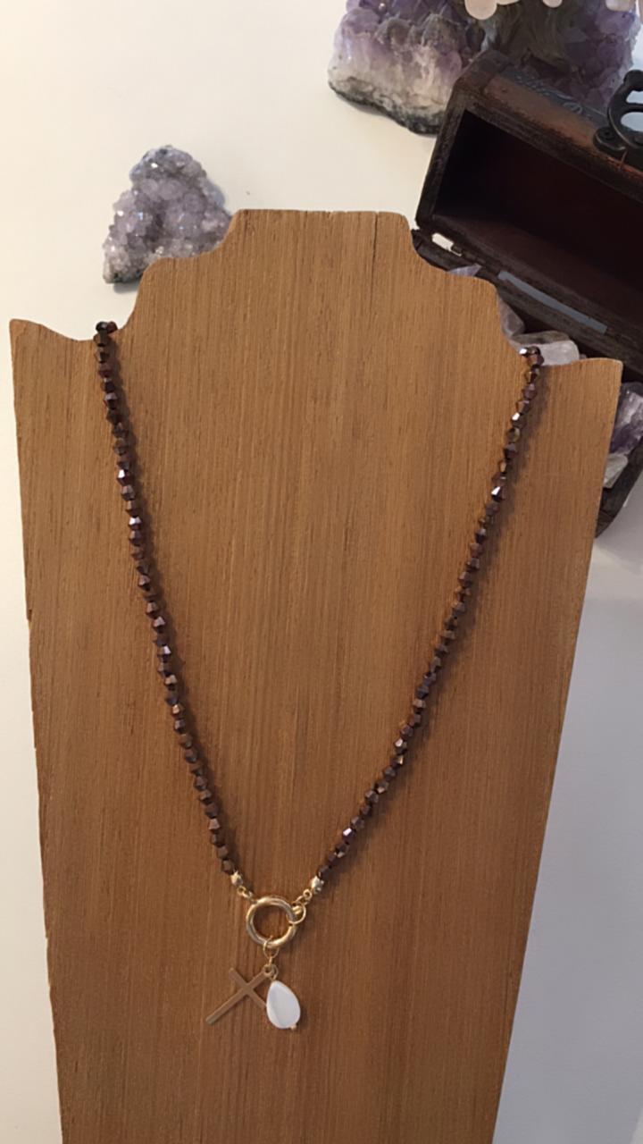 Colar Artesanal com acabamentos folheado de cristais marrons ping cruz dourada e madre pérola    CAF133