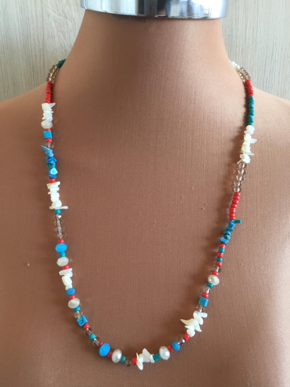 Colar Artesanal com acabamentos folheados de cascalhos brancos e azuis cristais e missangas | CAF25
