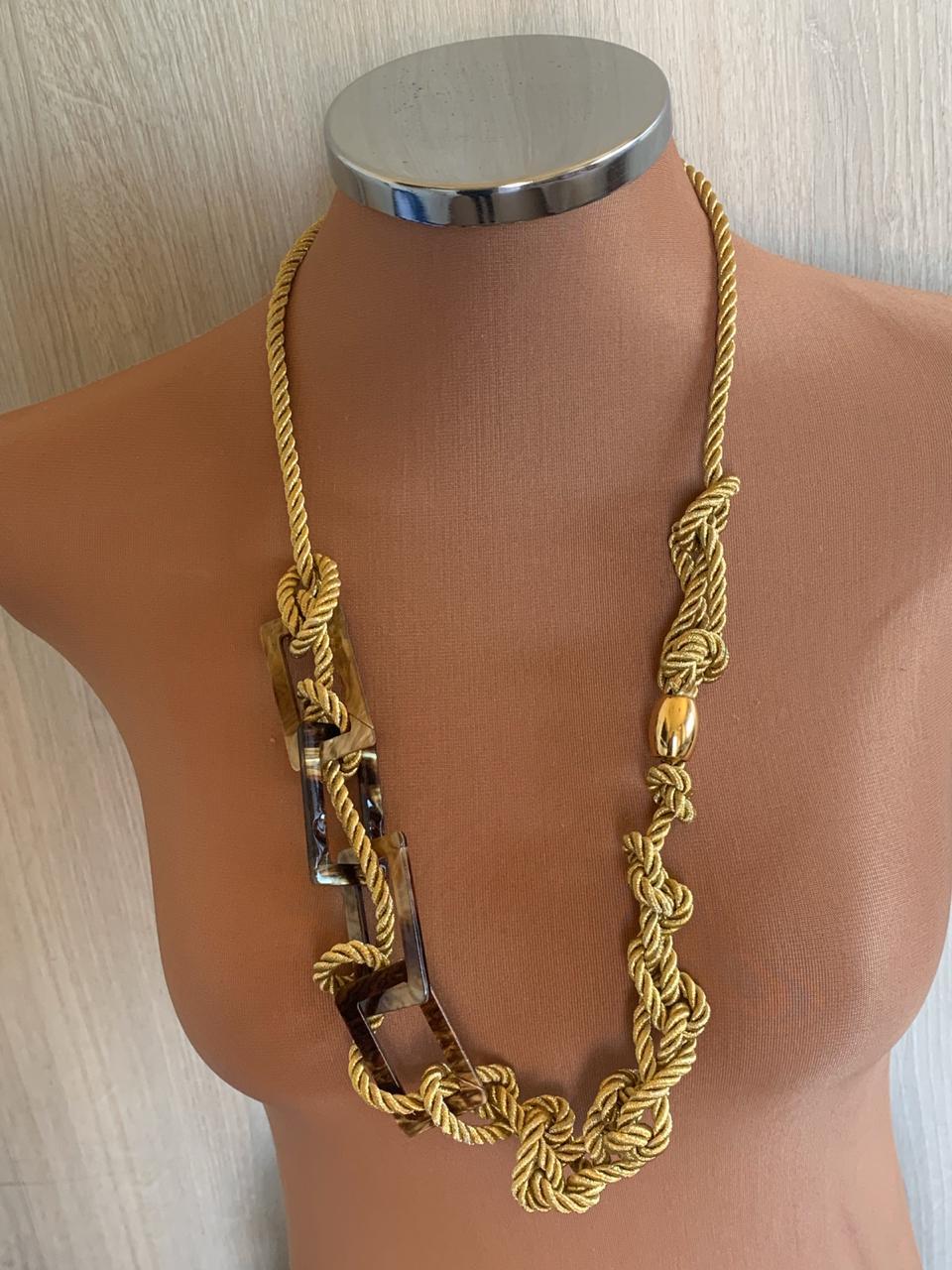 Colar artesanal cordão torcido dourado trançado detalhe dourado e retângulos vazados marrom | CA963