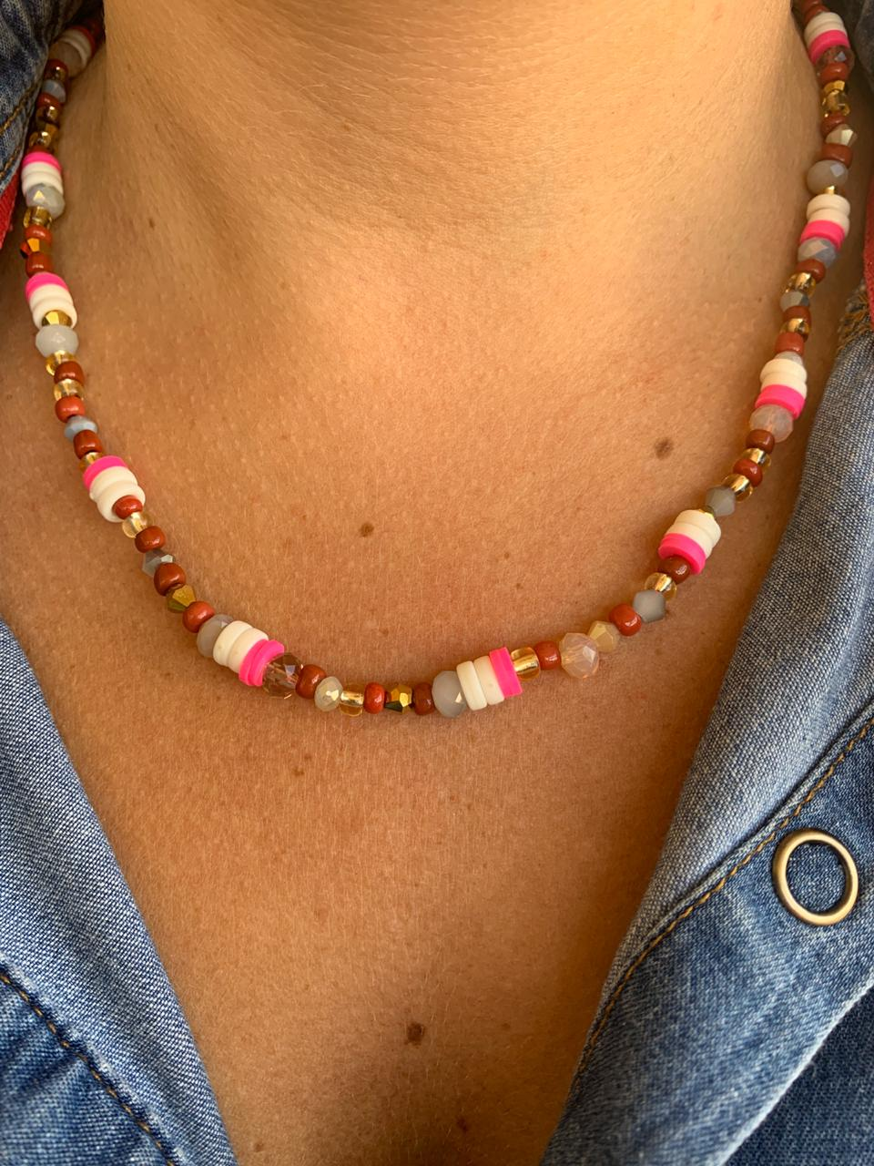 Colar Artesanal de cristais missangas e discos emborrachados rosa e branco   CAF135