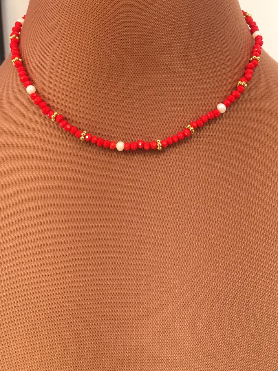 Colar Artesanal de cristais vermelhos com pérolas e detalhes dourados | CAF139