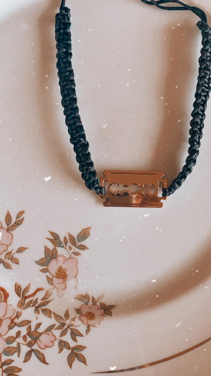 Colar artesanal de macramê preto com ping gilete dourado | CA1041