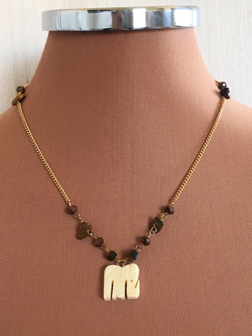 Colar Artesanal Dourado com Cascalhos Marrons ping elefante | CA565