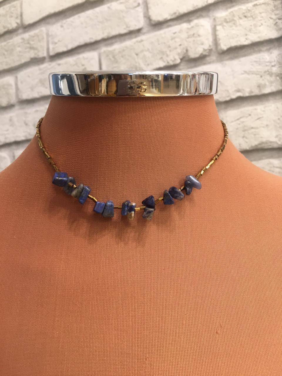 Colar artesanal folheado canutilhos dourados e cascalhos azul marinho | CAF73