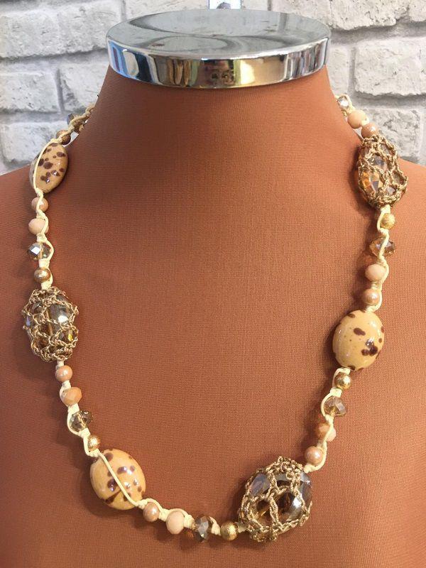 Colar Cordão Nude Com Pedras Cristais E Resinas Nudes E Detalhe Em Croche Em Tres Cristais | COL35