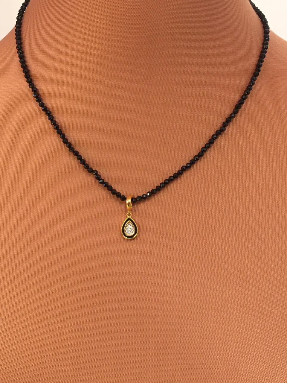 Colar folheado de cristais pretos pingente com Zirconias | CF354