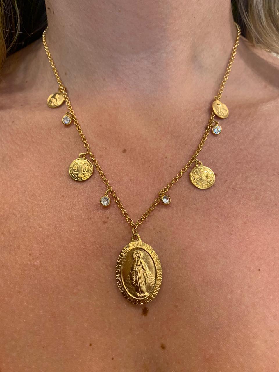 Colar Folheado Dourado com Pingentes De São Bento Nossa Senhora e Zircônias | CF122