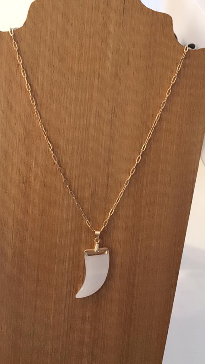 Colar folheado dourado ping dente branco   CF370