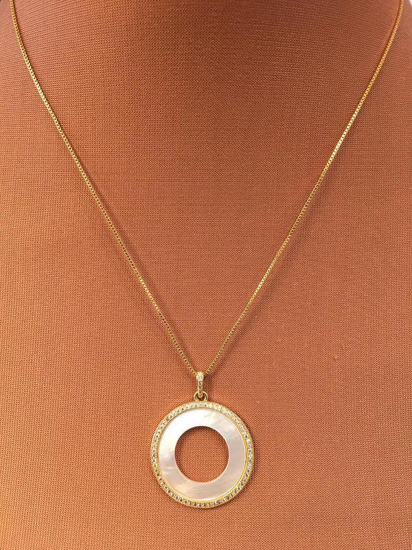 Colar folheado dourado ping disco perolado com zircônias em volta | CF371
