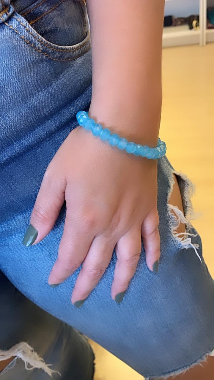 Pulseira artesanal de cristais azuis claros   PA423