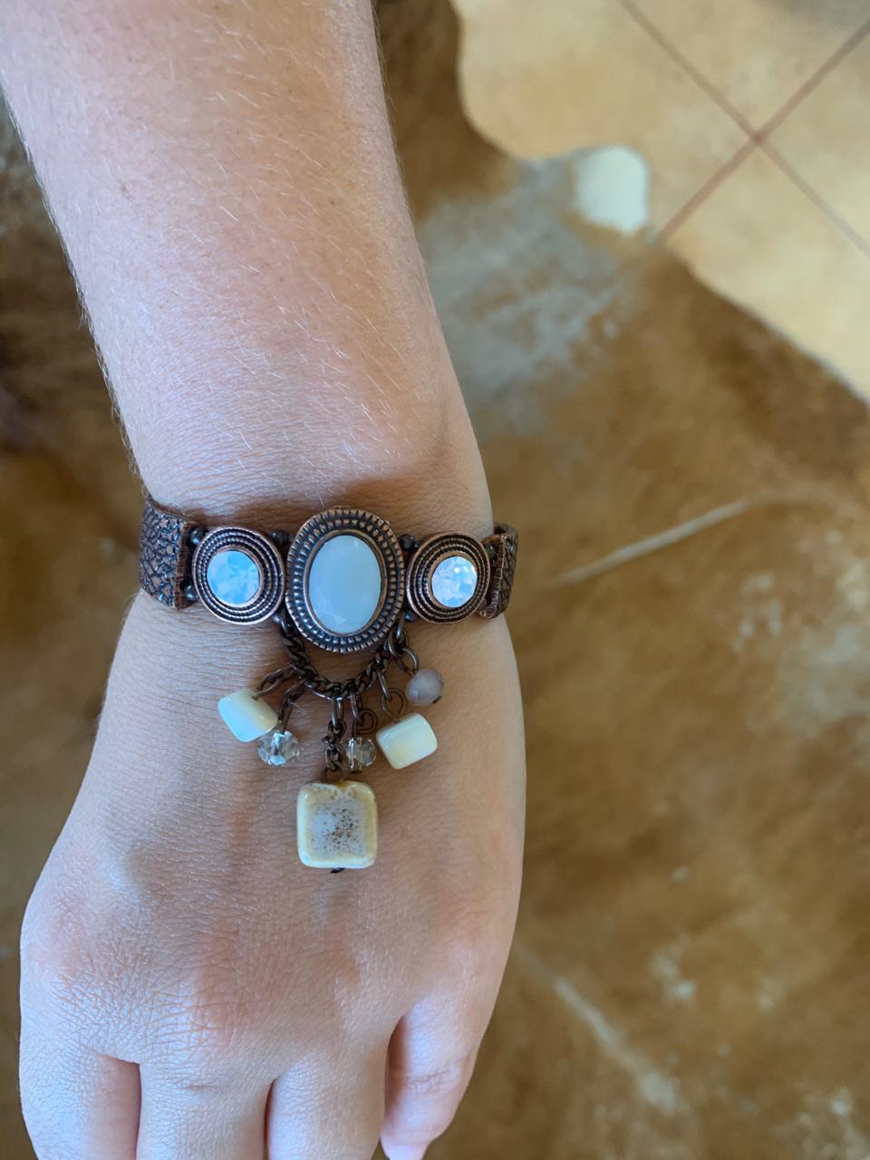 Pulseira marrom com três cristais no meio e ping cascalho e cristais | PUL100