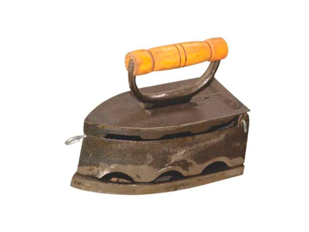 Ferro Passar Roupa A Brasa 7 Furos Alça Madeira 20x10x15,5cm  - Panela de Ferro Fundido