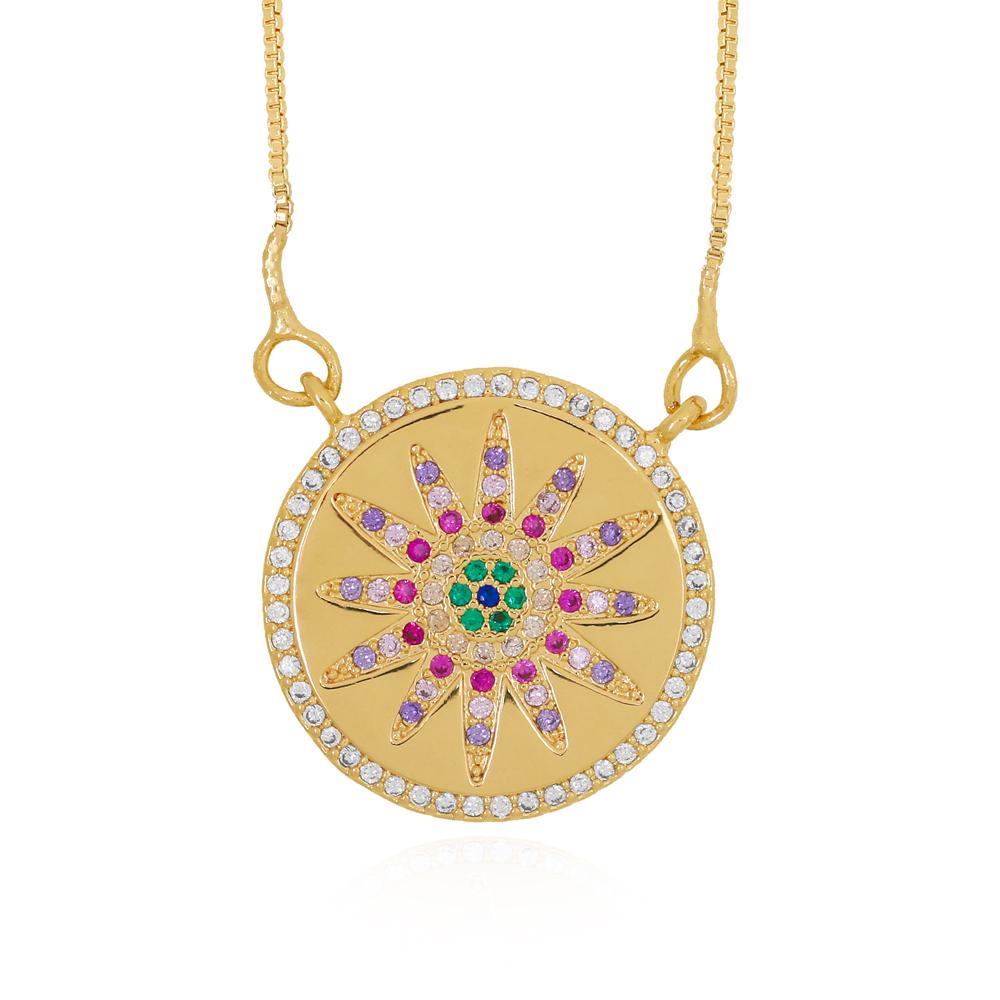 Colar Medalha Redonda com Desenho Flor em Zircônias Semijoia Ouro 18K