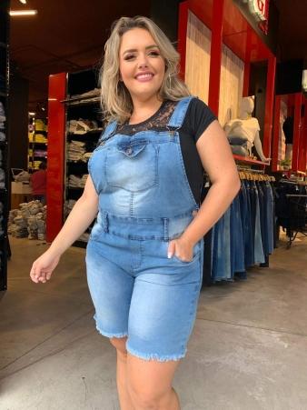 Jardineira Jeans com Bolsos e Barra Desfiada