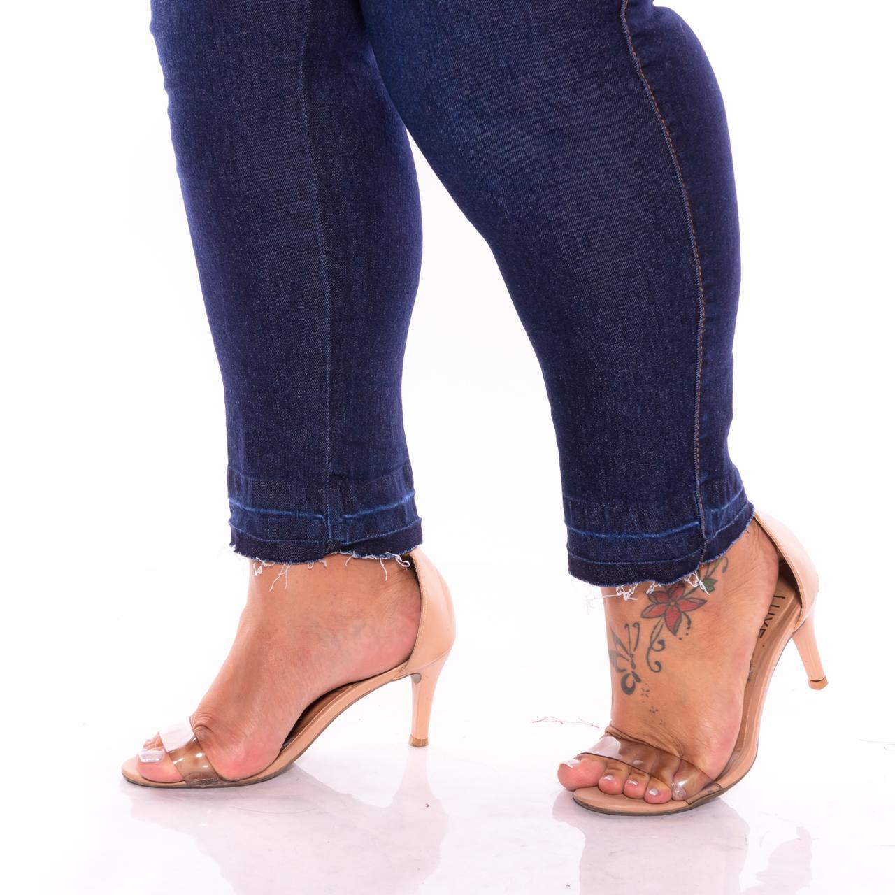 Calça Jeans com Barra Desfiada e Detalhe nos Bolsos