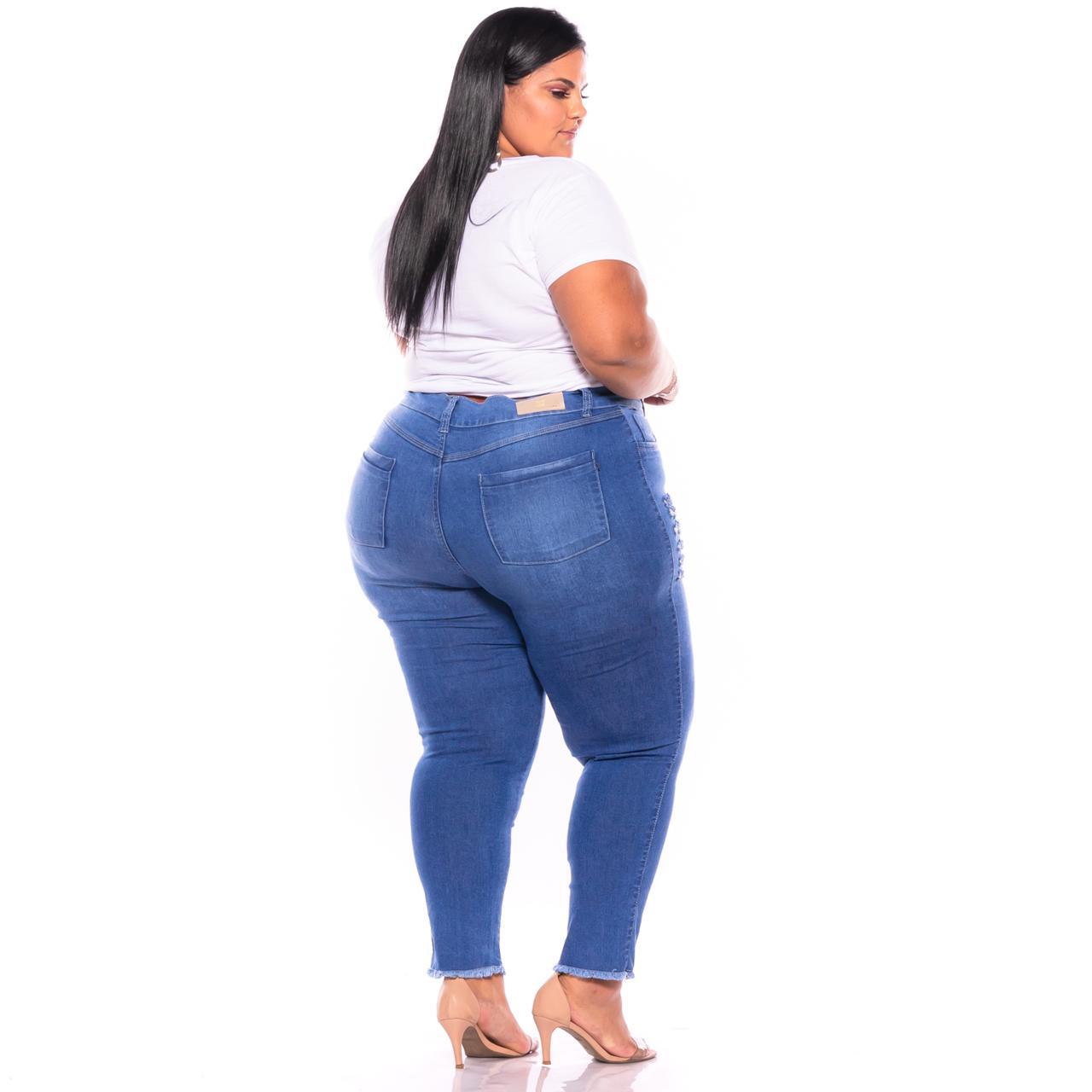 Calça Jeans com Barra Desfiada e Rasgos