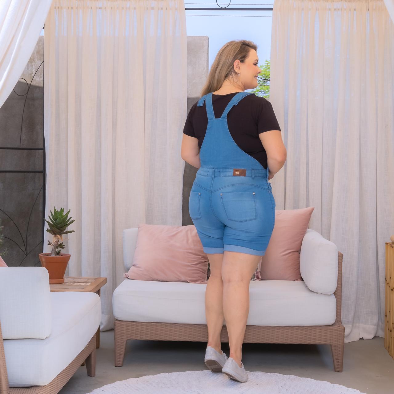 Jardineira Jeans Com Bolsos Lavagem Clara