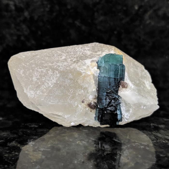Indicolita no cristal de quartzo - 7 cm