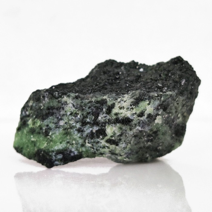 Zoisita com pargasita (pedra kiwi) - 6,2 cm