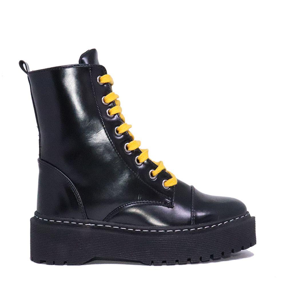 Coturno vintage com cadarço preto e amarelo.