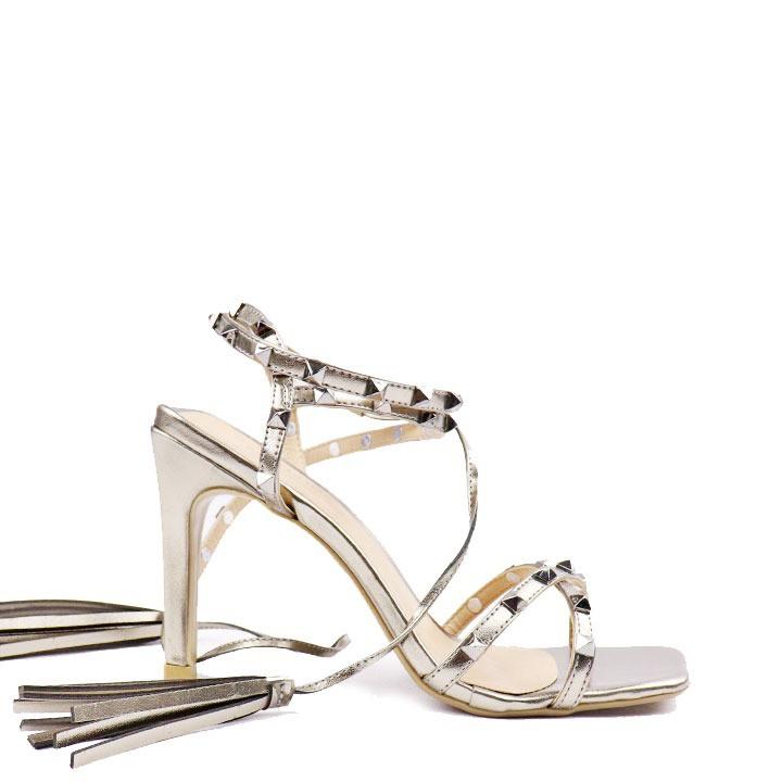 Sandália salto fino tiras com aplicação de spikes e amarração