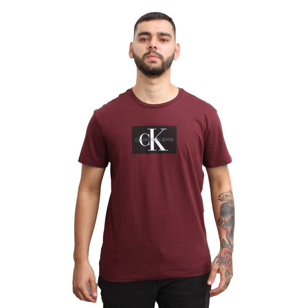 Camiseta Calvin Klein Jeans Geométrica Vinho