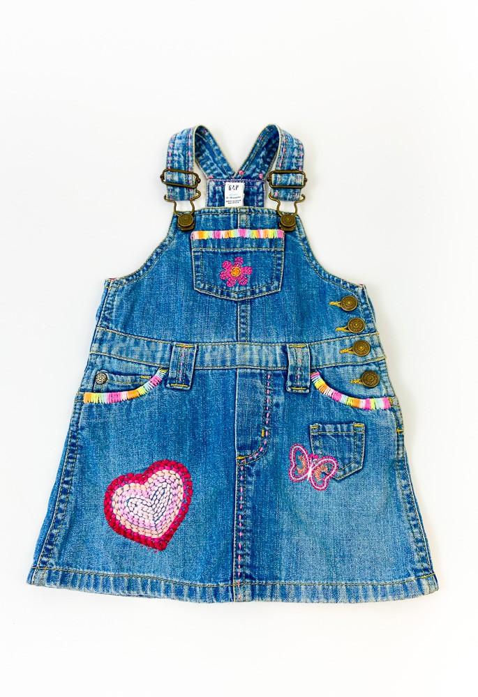 Salopete jeans bordado coração/borboleta Baby Gap tam 12/18m