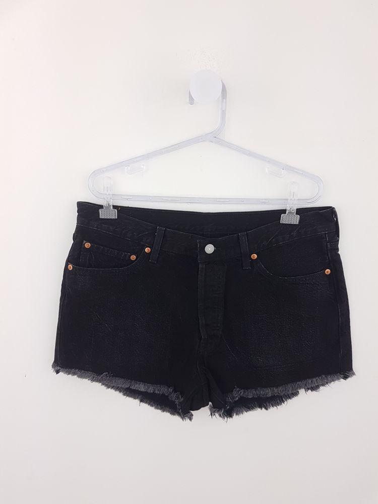 Short jeans preto barra desfiada Levi's tam 44