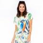 Blusa Raglã Comfy Arara Azul e Folhas com Fundo Branco