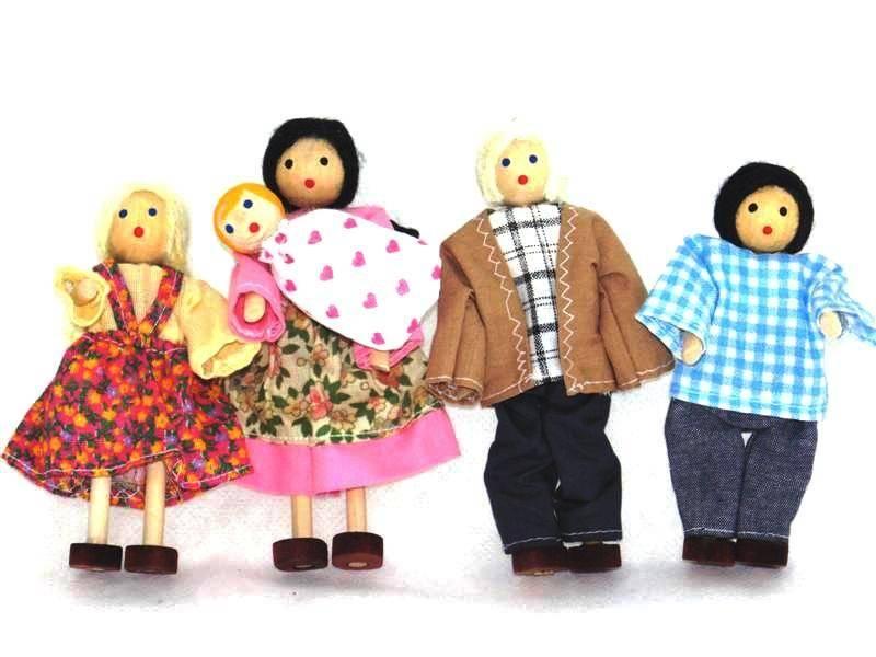 Bonecos de Madeira Miniatura para casinha de boneca Kit Bonecos Família Branca com Bebê