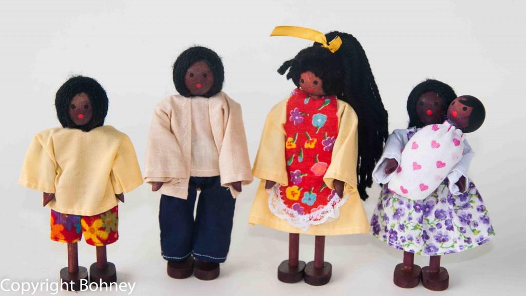 Bonecos de Madeira Miniatura para casinha de boneca Kit Bonecos Família Negra com Bebê