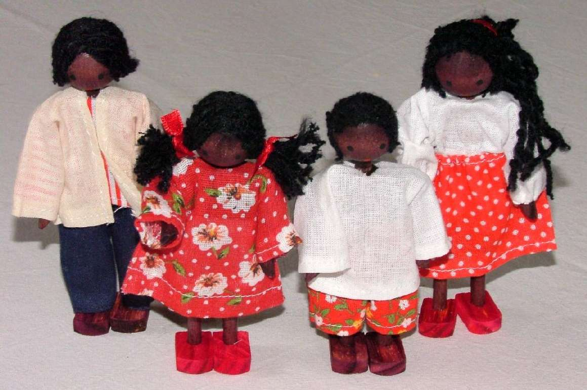 Bonecos de Madeira Miniaturas para Casinha de Boneca  Kit Bonecos Família Negra