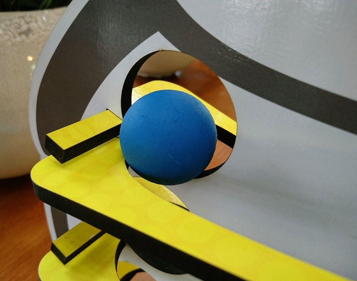 Brinquedo de Madeira Rolando Bolinha com o Pinguim