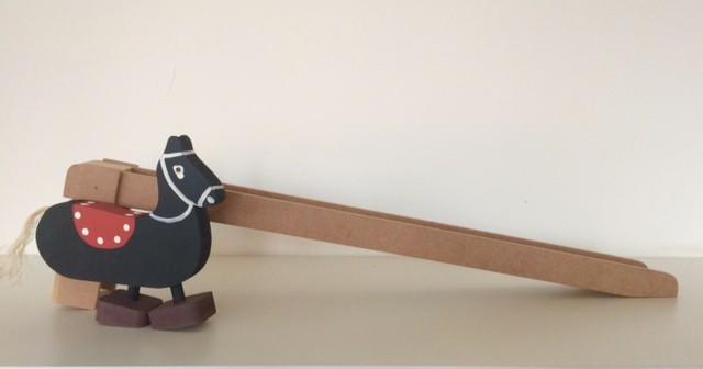 Brinquedo Educativo de Madeira Cavalo na Rampa.