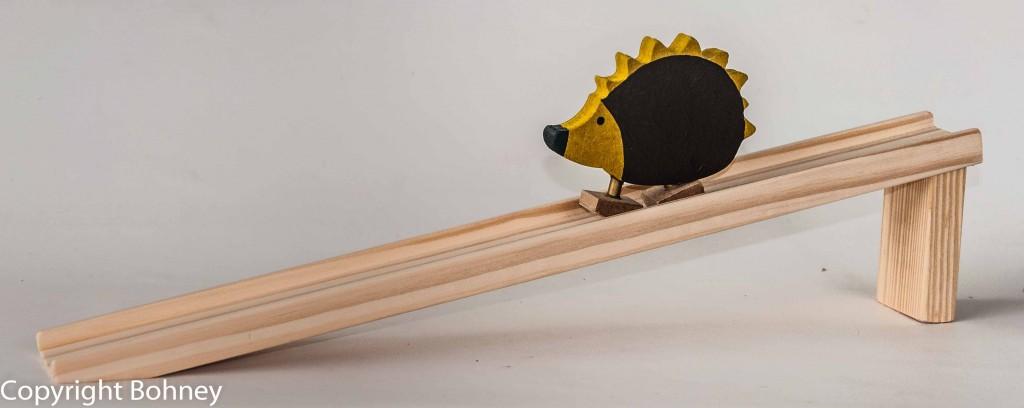 Brinquedo Educativo de Madeira Ouriço na Rampa