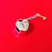 Berloque Coração com Chave Ouro