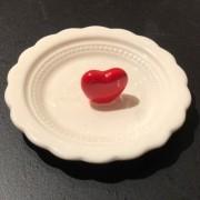 Porta jóias de cerâmica branco com coração vermelho -  Cód.043757