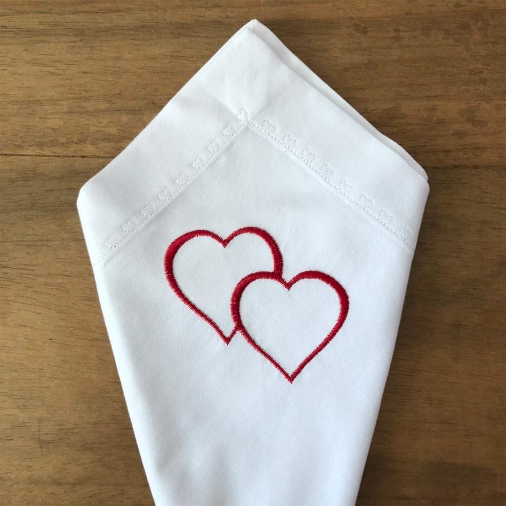 Guardanapo de percal 200 fios com bordado de 2 corações e pesponto coração branco - Cód. OC215