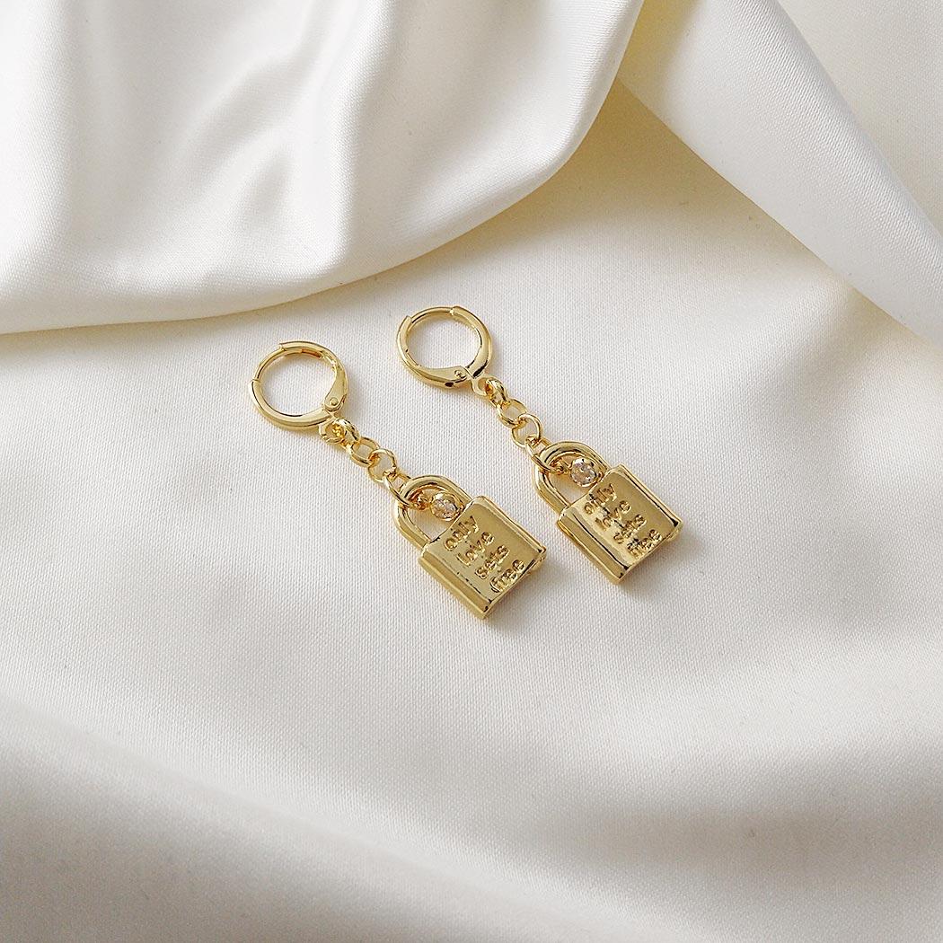 brinco argola cadeado zircônia dourado