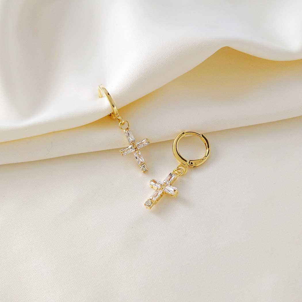 brinco argola pingente crucifixo zircônia dourado