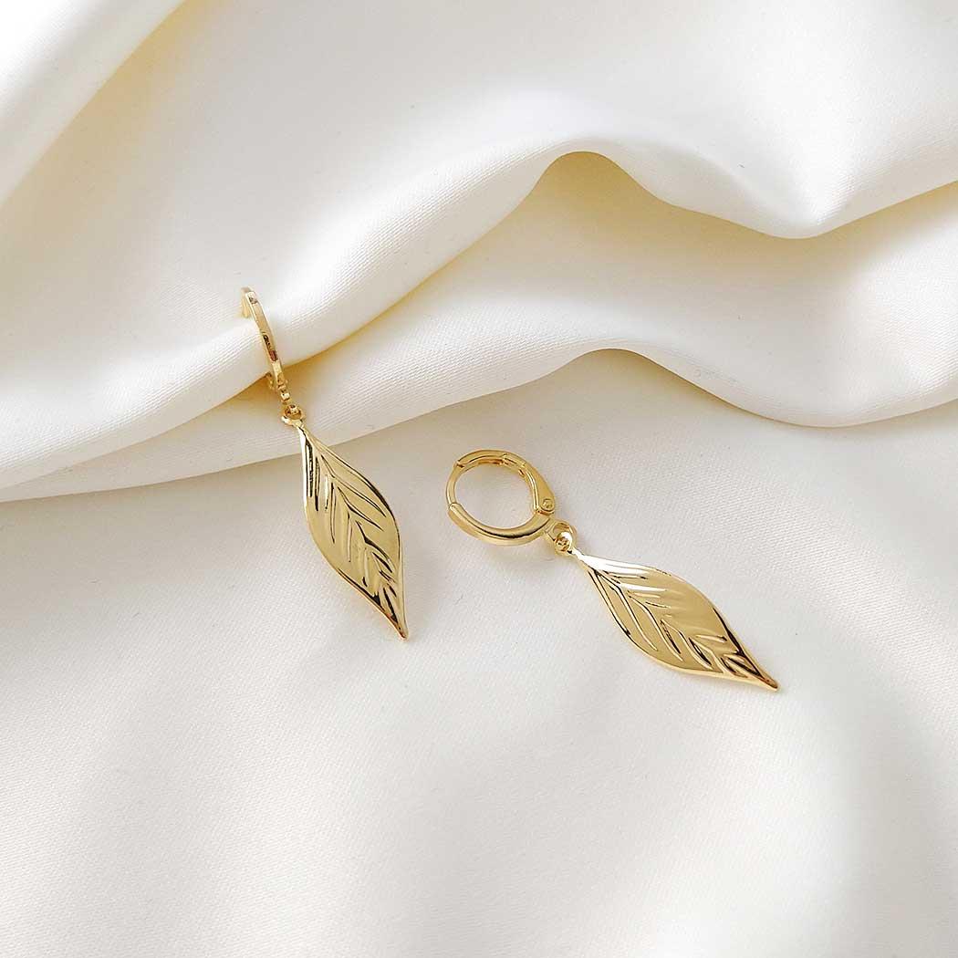 brinco argola pingente folha dourado