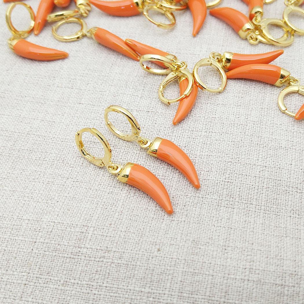 brinco dente sabre argola laranja