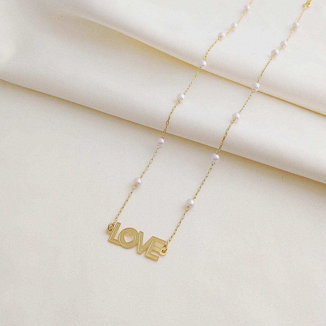 colar curto perolas love dourado