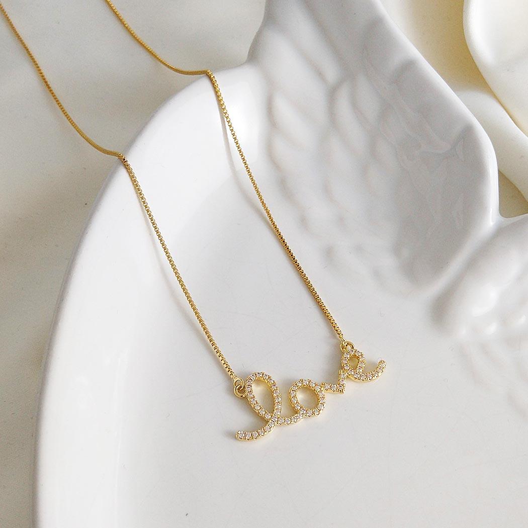 colar love cravejado dourado