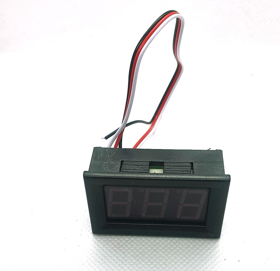 Voltímetro Digital DC 0 - 99,9V Vermelho Moldura Alimentação 4 a 30V  3 fios  46.052VM